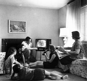 Famille regardant la télévision, 1958