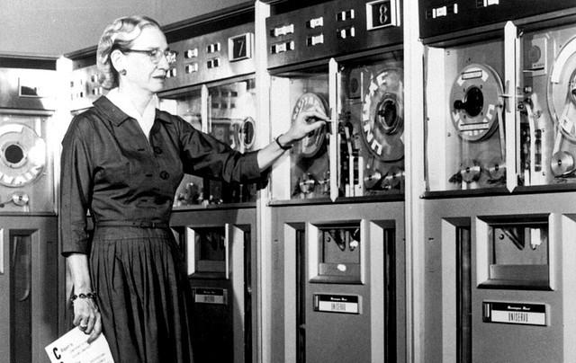 Grace Hopper, conceptrice du langage COBOL.