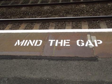 """""""Mind the gap"""", mise en garde en bordure du quai d'une gare ferroviaire."""