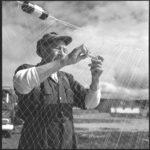 William Moore de la réserve de Mattagami, Ontario, réparant un filet.